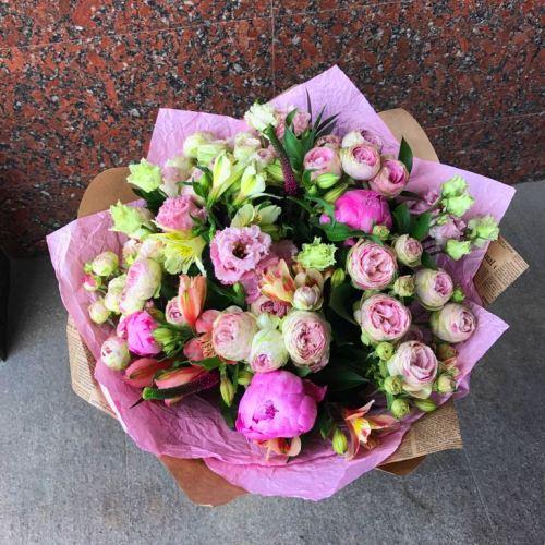 №200 букет с розами и пионами