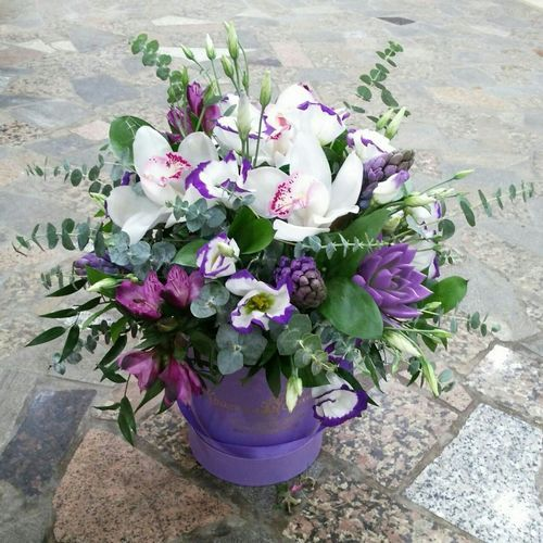 №166 букет в шляпной коробке с орхидеями и гиацинтами