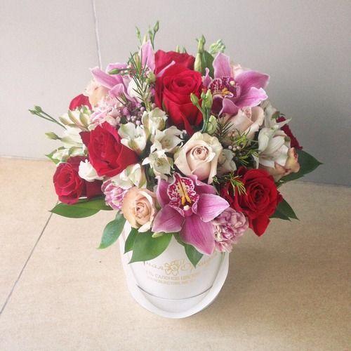 №168 букет в шляпной коробке с розами и орхидеями