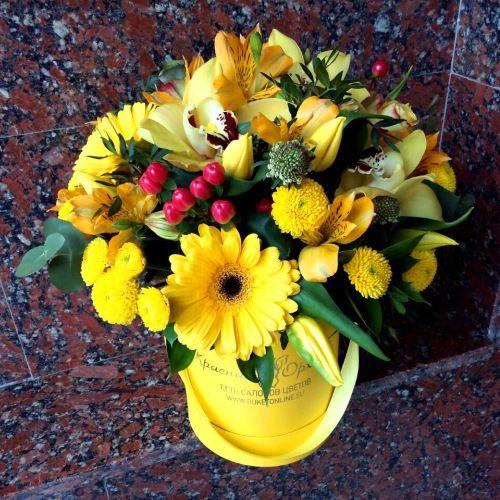 №173 букет в шляпной коробке с герберами  и тюльпанами