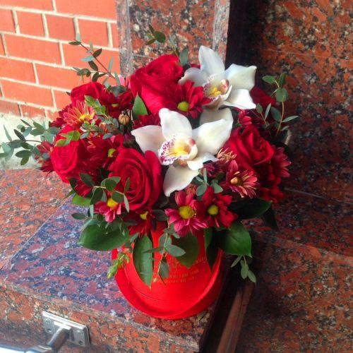 №179 букет в шляпной коробке с розой и орхидеей