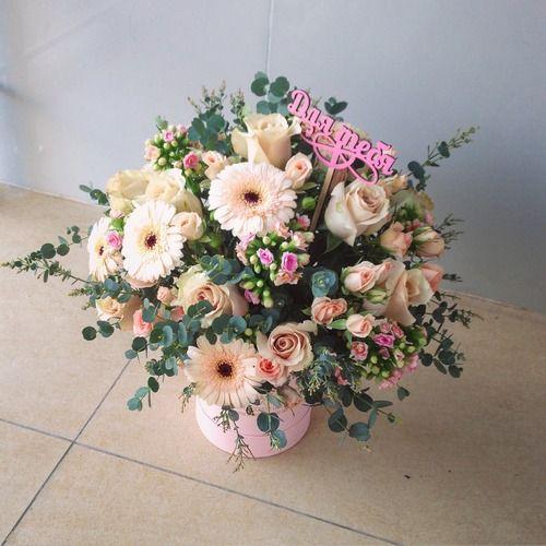 №181 букет в шляпной коробке с розами и герберой