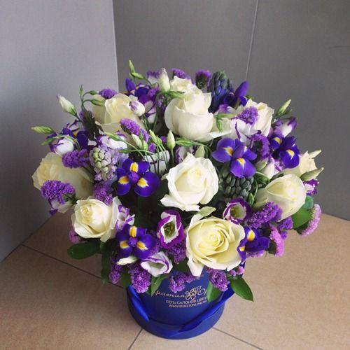 №182  букет в шляпной коробке с розами и ирисами