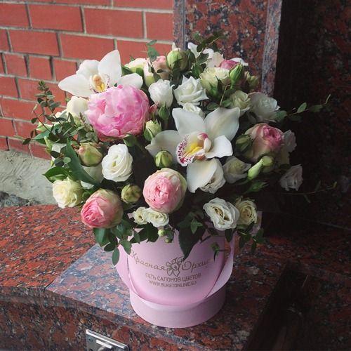 №134 букет в шляпной коробке с пионами и орхидеями