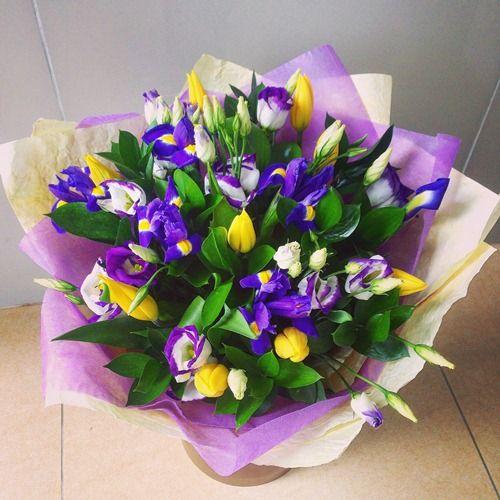 № 690  букет с ирисами и тюльпанами