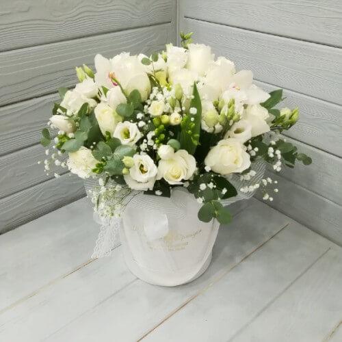 № 183 букет в шляпной коробке с розами и фрезией