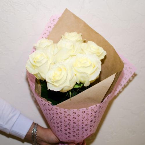 № 37 акция  7 белых роз в упаковке
