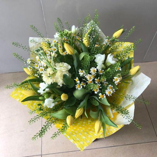 № 689 букет с тюльпанами и ромашкой