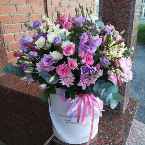 № 525 букет в шляпной коробке с розами и эустомой