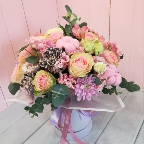 № 0125 букет в шляпной коробке с розами и хлопком