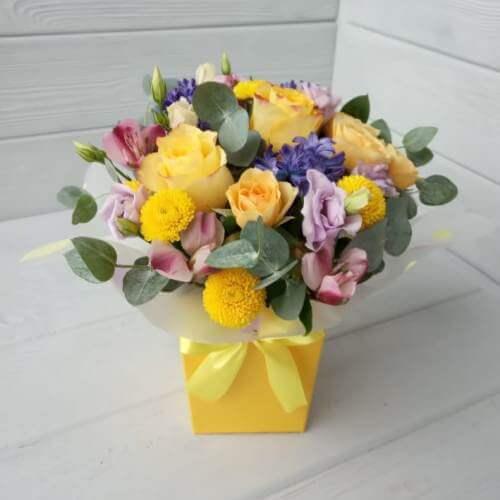 № 529 букет в шляпной коробке с розами и гиацинтами
