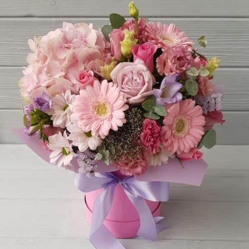 № 638 букет в шляпной коробке с гортензией, розами и фрезией