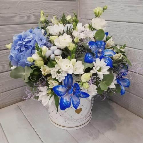 № 384 букет в шляпной коробке с голубой орхидеей