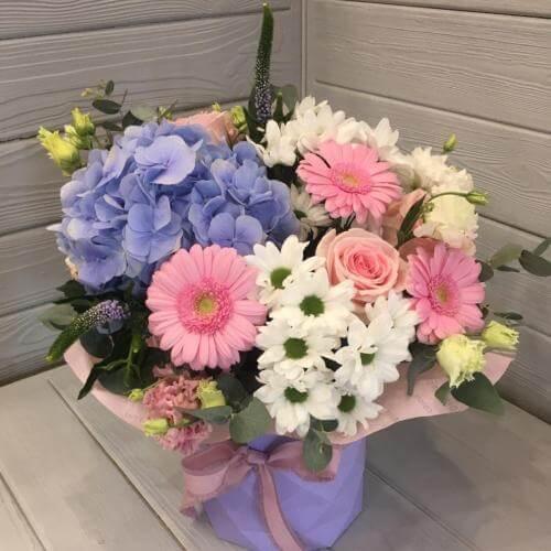 № 390 букет в шляпной коробке с розами и гортензией