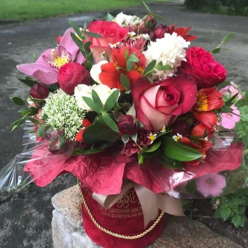 № 010 букет в шляпной коробке с розами и орхидеями