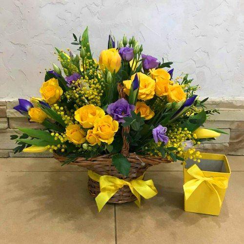 № 437 корзина с тюльпанами и ирисами