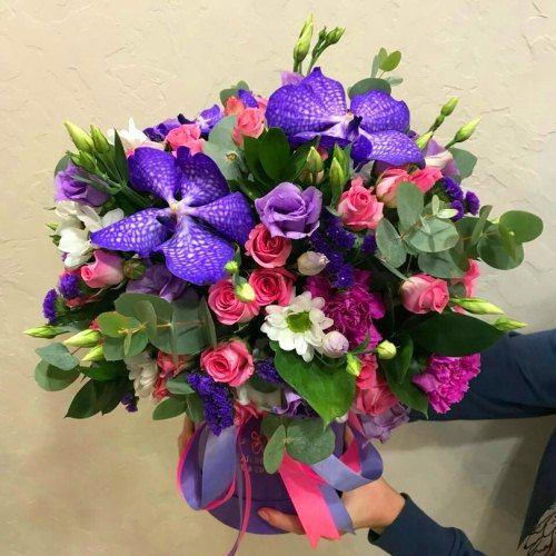№ 0453 букет в шляпной коробке с орхидеей