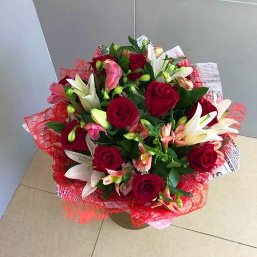 №215 букет с розами и лилией
